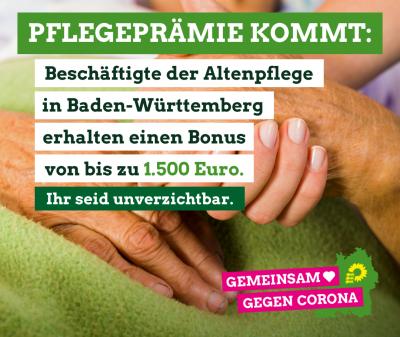Pflegekraft hält Hände einer liegenden, pflegebedürftigen Person