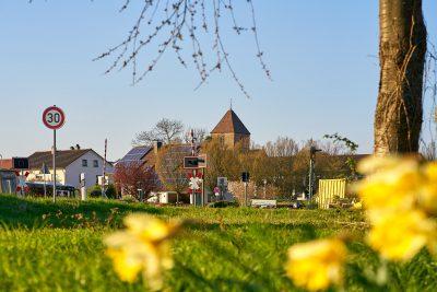 Das Bild zeigt das Schwarzacher Münster vom Südlichen Ortseingang gesehen