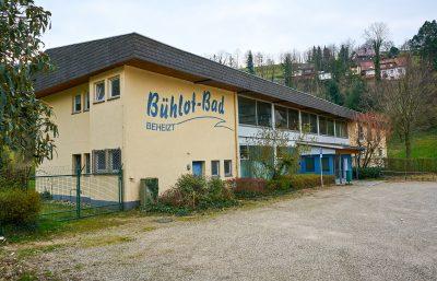 Der Schriftzug Bühlotbad auf der linken Gebäudeseite
