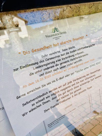 Der Aushang einer Gaststätte beschreibt die Schliessung aus Pandemiegründen