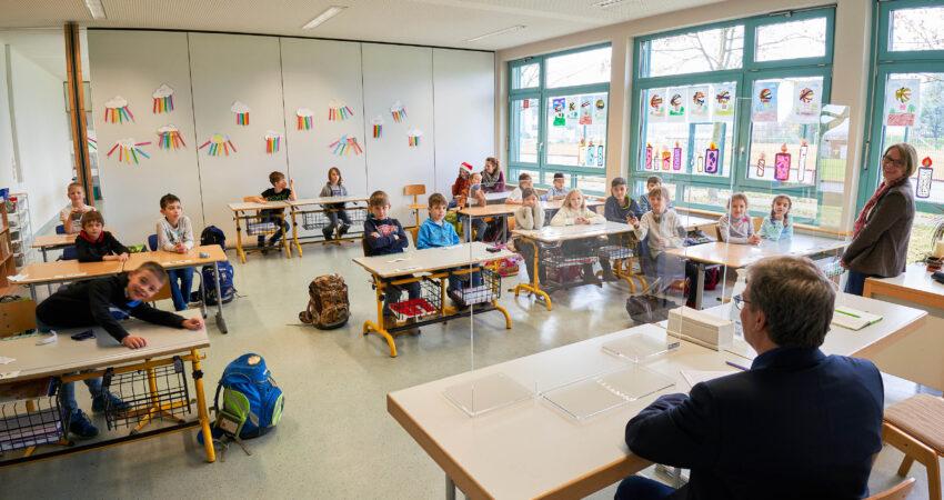 Kinder im Klassenzimmer beim Schulbesuch des Landtagsabgeordneten Hans-Peter Behrens