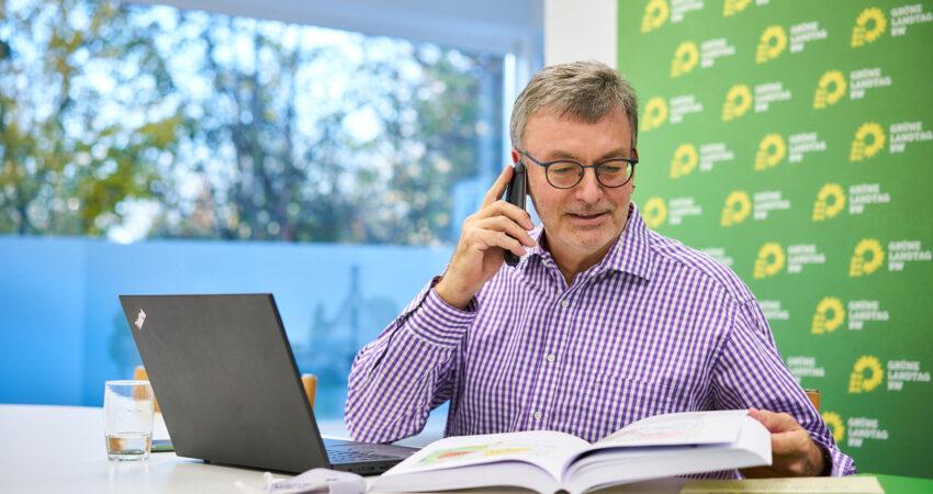Hans-Peter Behrens beim Telefongespräch