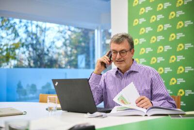 Der Landtagsabgeordnete Hans-Peter Behrens bietet eine Telefonsprechstunde an