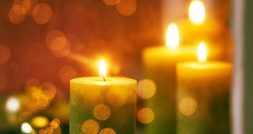 Vier grüne, brennende Adventskerzen