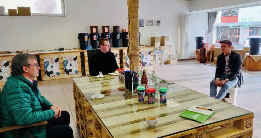 In der Kaffeerösterei spricht Thorsten Heizmann mit Hans-Peter Behrens