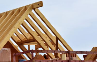 Ein Dachstuhl im Rohbau als Beispiel für den Hausbau